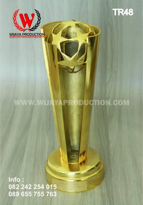 bikin piala trophy dari bahan logam custom piala